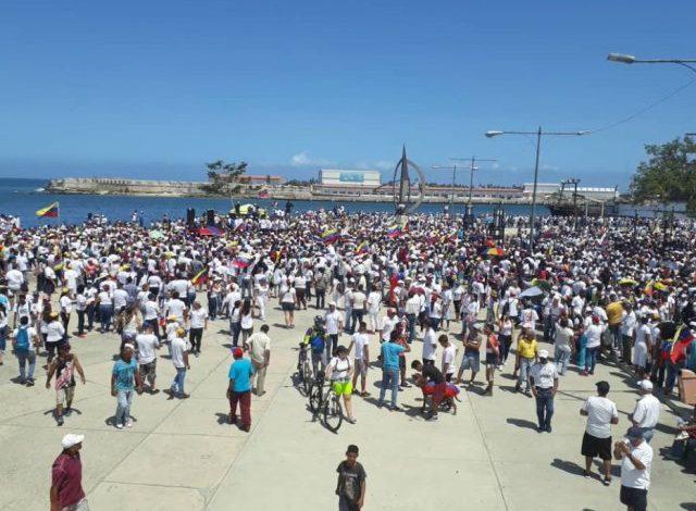 Marea humana espera llegada de buques con ayuda humanitaria en Puerto Cabello