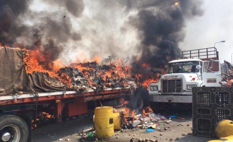 ¡Inhumano! Esbirros de Maduro quemaron tres camiones con ayuda humanitaria