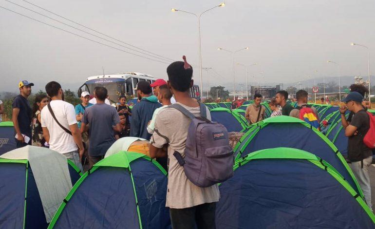 Madurismo colocó carpas con personas en Tienditas para evitar entrada de ayuda humanitaria