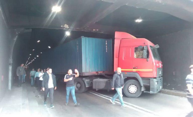 En vídeo: GNB intentó obligar a un conductor a bloquear el paso de la caravana de diputados