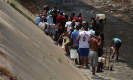 Caraqueños recogen agua de río contaminado por la escasez del vital líquido (+Fotos)