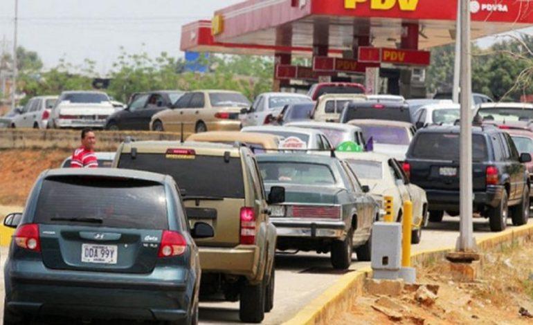 ¡Vergonzoso! Largas colas para echar gasolina por el apagón que afecta a Venezuela