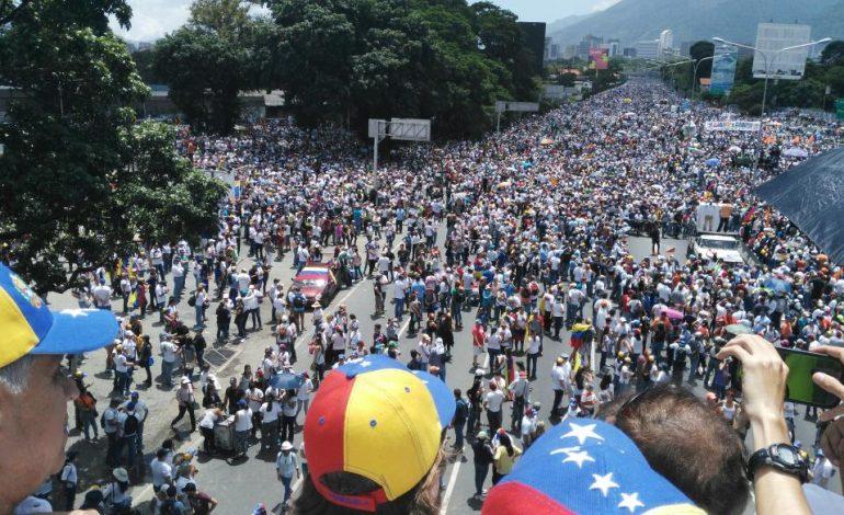 ¡Sin miedo! Ciudadanos tomaron la autopista principal de Caracas (+video)