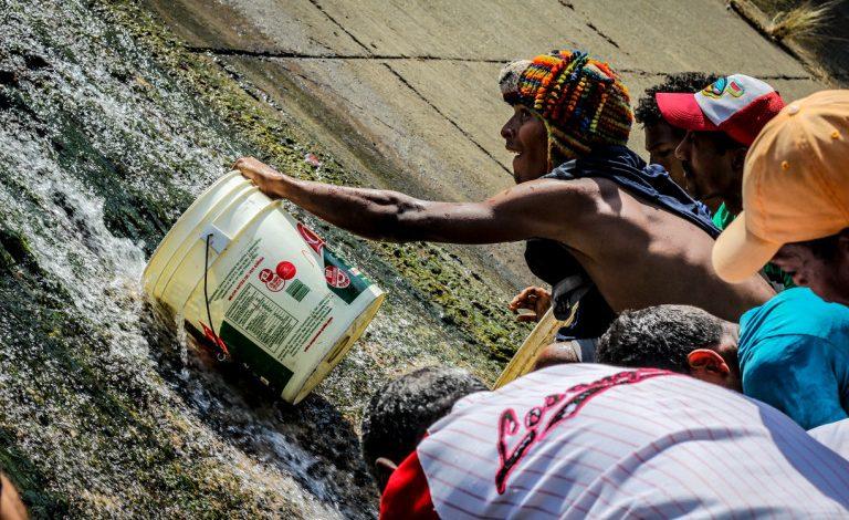 A los Caraqueños no les importa beber de las aguas negras del río Guaire en medio de la crisis (Parte2)
