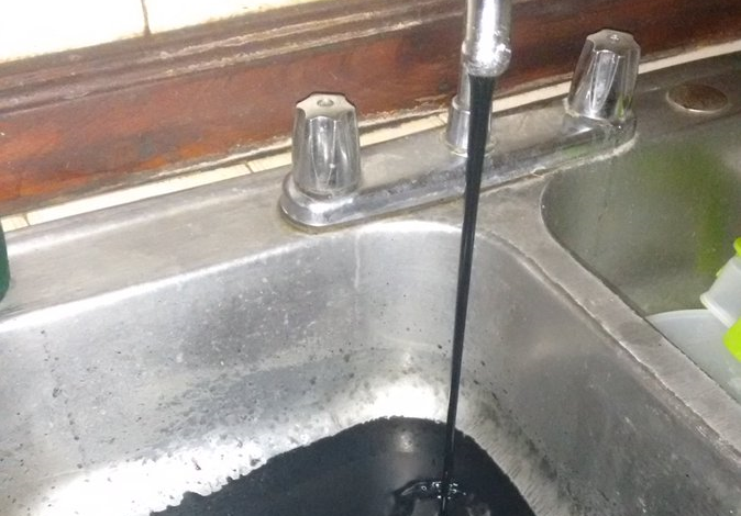 Denuncian llegada de agua contaminada en región central de Venezuela