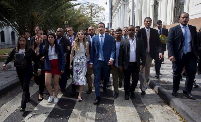 """""""¡A la calle a protestar!"""" El mensaje de rebeldía de Juan Guaidó"""