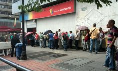 En video: venezolanos hacen largas colas en bancos ante la escasez de efectivo