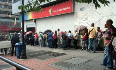 En vídeo: venezolanos hacen largas colas en bancos ante la escasez de efectivo