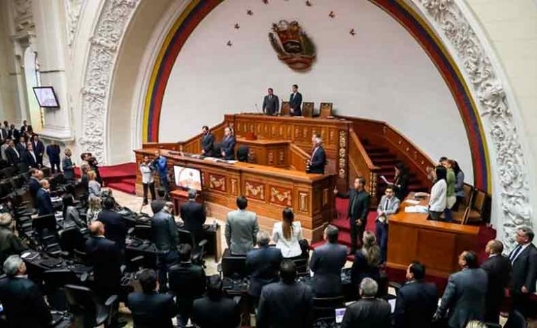 """""""No nos vamos a dejar disolver"""": Diputados opositores defenderán el Parlamento venezolano"""