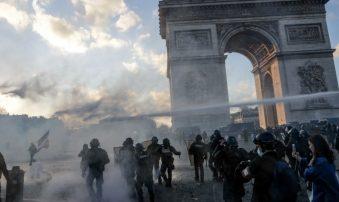 """Francia prohibirá manifestaciones en """"ciertos barrios"""" tras protestas violentas en París"""