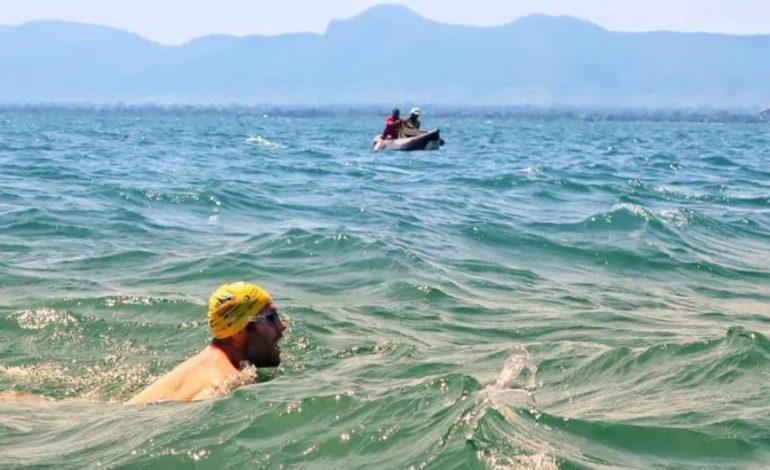 Surafricano Hobbs rompió récord mundial nadando el lago Malawi