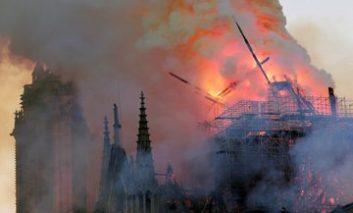 En vídeo: momento en que se derrumba la aguja de la catedral de Notre Dame