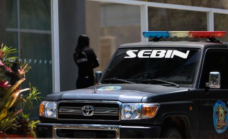 Funcionarios del Sebin permanecen a las afueras de la embajada de España en Caracas