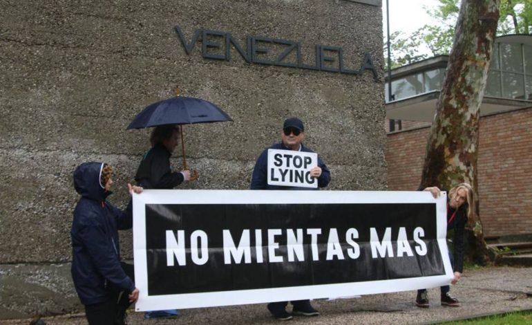 Artistas venezolanos protestan en el pabellón de Venezuela en la Bienal de Venecia