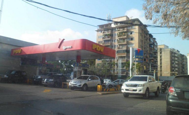 Largas colas en las estaciones de servicio por falta de gasolina en Venezuela