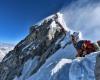 Personas hacen mega fila en la cima del Everest