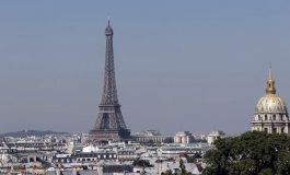 Evacúan Torre Eiffel, debido a un hombre visto escalando el monumento