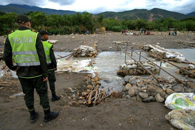 Policía Nacional de Colombia ha sorprendido al menos 200 venezolanos cruzando por las trochas
