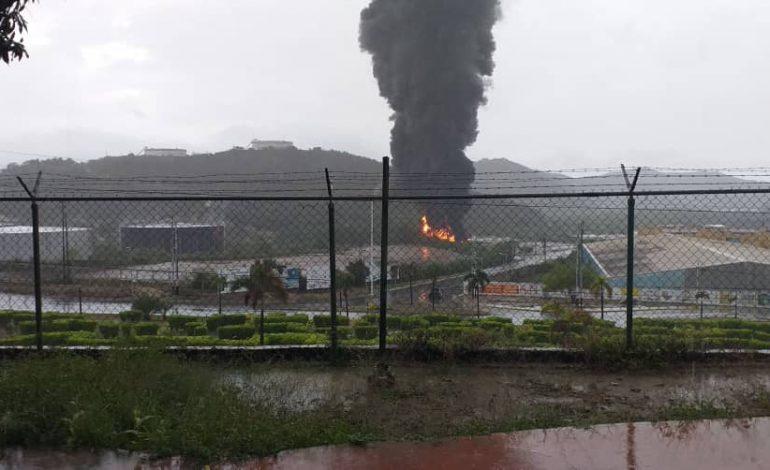 Incendio en adyacencias de refinería venezolana fue provocado por un rayo