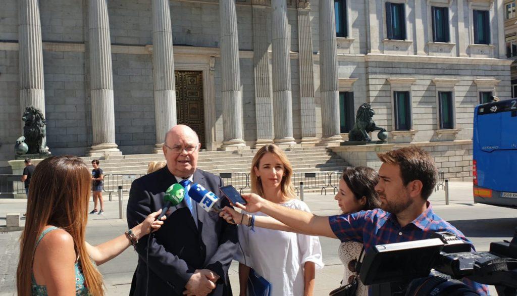 El Embajador de Venezuela en España designado por la Asamblea Nacional, Antonio Ecarri, entregó a la portavoz del Grupo Popular en el Congreso, Cayetana Álvarez de Toledo