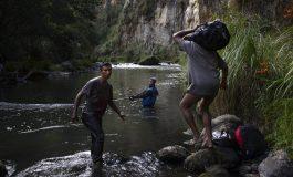 Venezolanos usan riesgosos caminos verdes para evadir los controles fronterizos de Ecuador