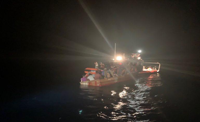 Detienen a 27 cubanos que iban en un barco rumbo al sur de Florida