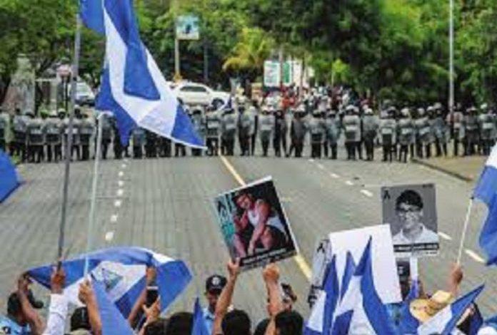 Policía de Nicaragua desplegada para evitar plantón de médicos contra Ortega