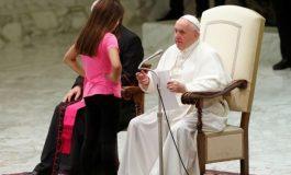 Niña interrumpe audiencia papal y le roba protagonismo a Francisco