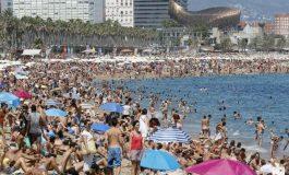Desalojan playa en España llena de bañistas por sospecha de explosivo