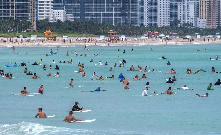 Surfistas llegan a las playas de Miami Beach para disfrutar las grandes olas del huracán Dorian