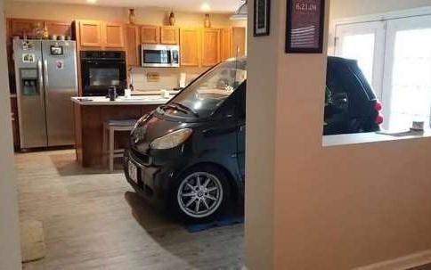 Hombre estaciona un auto inteligente en la cocina para que no se vuele