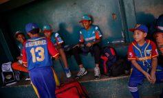 """""""Quería quedarme allá"""": jóvenes beisbolistas venezolanos regresan tras torneo en EEUU"""