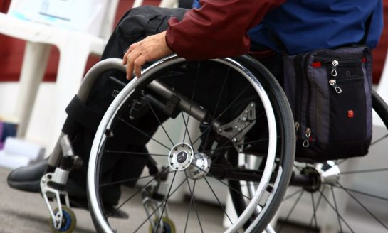 Personas en sillas de ruedas exigen a autoridades que atiendan sus necesidades