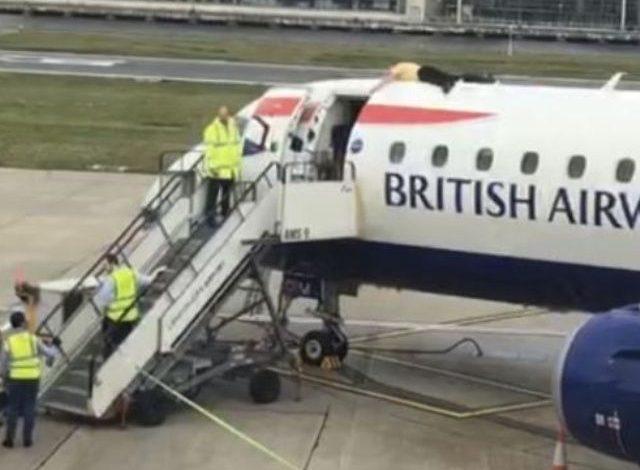 Ecologista protesta subiendo al techo de un avión en Londres