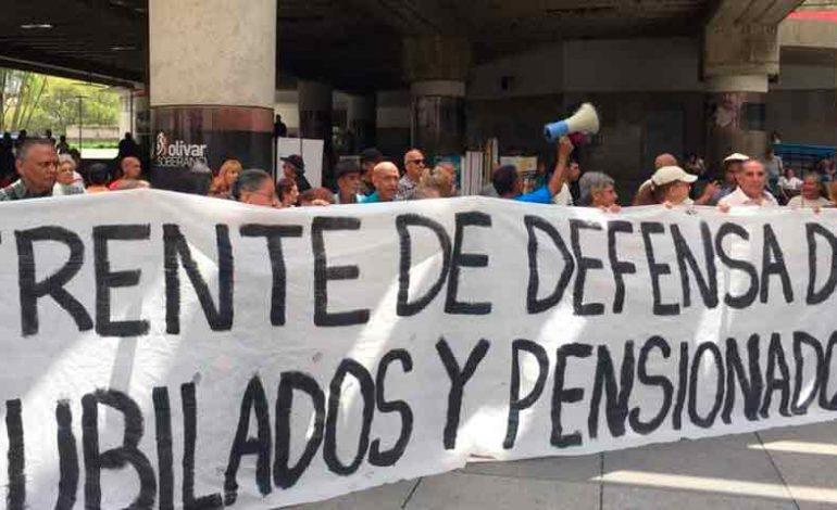 Jubilados y pensionados venezolanos exigen dolarización de sus beneficios