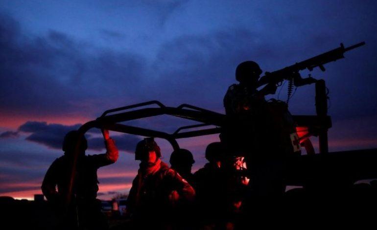 Con custodios armados, convoyes viajan al norte de México para funeral de las familias mormonas