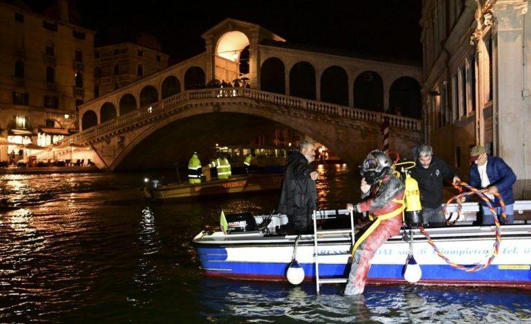 Los gondoleros de Venecia se convierten en buzos para sacar basura de los canales