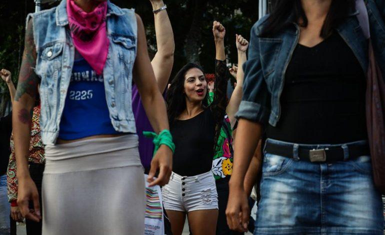 """Feministas venezolanas replican la coreografía de la canción """"Un violador en tu camino"""""""