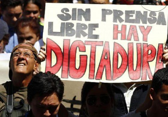 GNB solicita a periodistas salir del Aeropuerto mientras chavistas los agreden