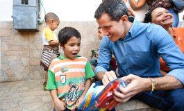 Guaidó recorrió La Guaira y entregó juguetes a los niños