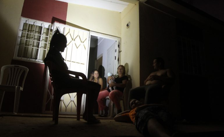 """A nueve meses de la crisis eléctrica, los zulianos siguen """"pariendo"""""""