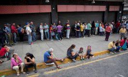 EFE: Pensionados en Venezuela realizan largas colas para comprar con el Petro