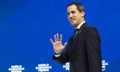 De rodillas y con lágrimas en los ojos Guaidó pide perdón por no concretar aún el cese de la usurpación