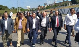 Diputados caminan hasta el Aeropuerto de Maiquetía