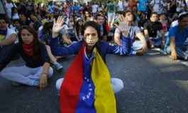Jóvenes siguen luchando en Venezuela el Día de la Juventud