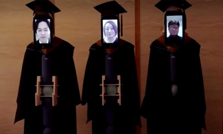 Robots reemplazaron a estudiantes en acto de graduación