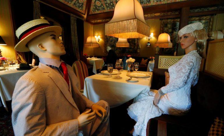 Restaurante de EEUU usa maniquíes para cumplir normas de ...