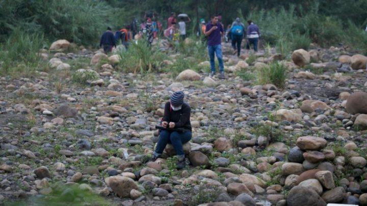 Venezolanos ponen en riesgo sus vidas y cruzan la región por pasos ilegales para llegar a su país