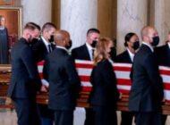 Gente presenta sus respetos a la jueza Ruth Bader Ginsburg en la Corte Suprema de EEUU