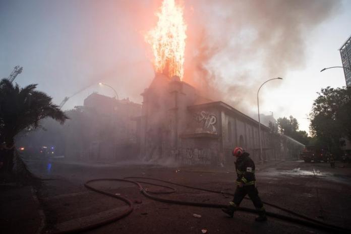 Dos iglesias quemadas y varios saqueos tras multitudinaria marcha en Chile